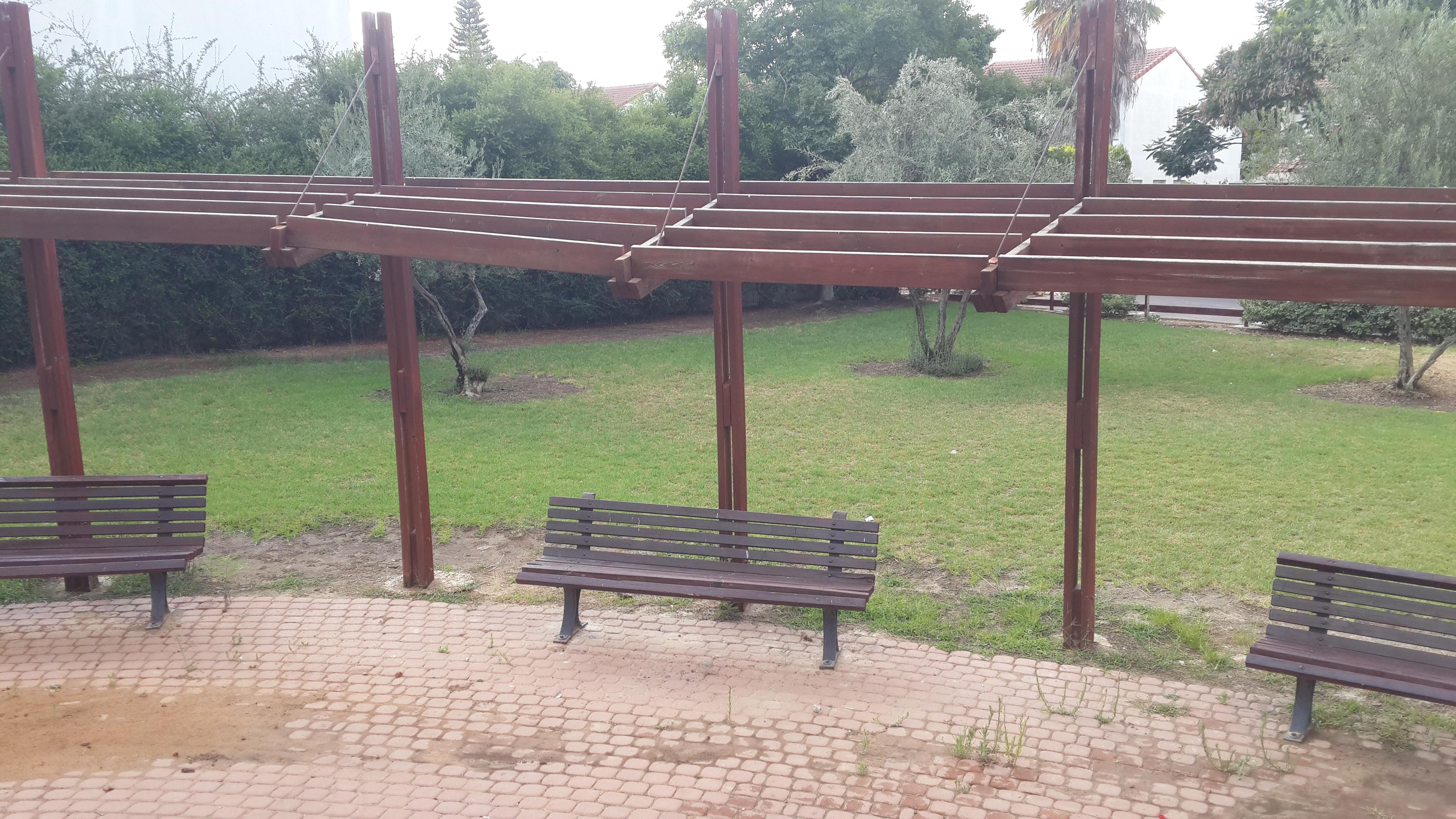 פרוק פרגולה מסוכנת בגן ערבה